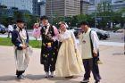 Koreańczycy w narodowych strojach - hanbok