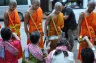 Setki mnichów w Luang Prabang