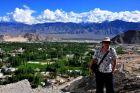 Indie, Ladakh, Ania i widok na zieloną dolinę