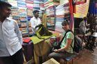 2010, Indie,Ania kupuje materiał na tunikę.
