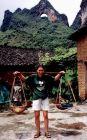 2002, Chiny, Ania sprawdza jak używać nosideł.