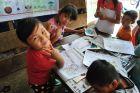 Dzieci rysują czarne makaki
